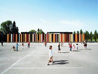 11 Écoles innovantes et modernes où la créativité et la bonne conception Règle - Photo 6 de 11 - À près de 80 000 pieds carrés, l'école internationale d'Oslo est l'un des plus grands projets de Jarmund / Vigsnæs.  Situé juste à l'extérieur d'Oslo, l'école a été récemment rénovée, avec environ 40 000 pieds carrés de nouvelle construction.  Les panneaux colorés suggèrent un optimisme ensoleillé - quelque chose que les architectes espéraient imprégner dans un contexte éducatif.