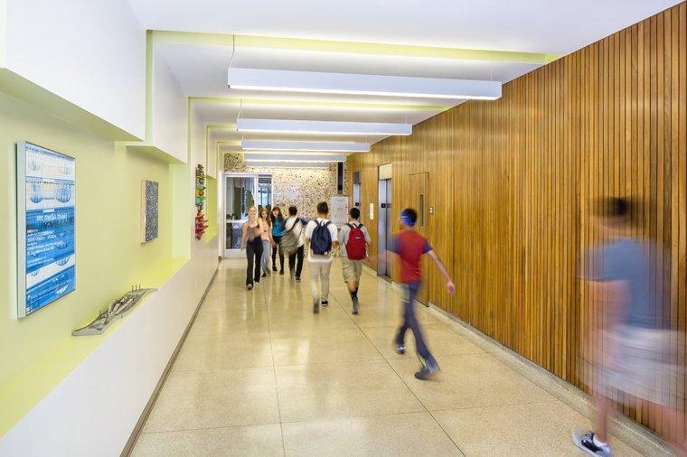 11 Écoles modernes et innovantes où la créativité et la bonne conception - Photo 4 de 11 - Contemporain à l'intérieur et moderne à l'extérieur, Larchmont Charter High School à Los Angeles, un joyau du milieu du siècle initialement conçu par Welton Becket, a subi une rénovation sensible à la Les mains de l'architecture DSH //, et se présente maintenant comme un modèle de réutilisation adaptée réussie et sensible.