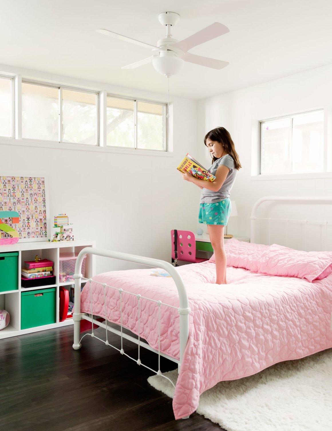 Le lit dans la chambre de Sara a été dans la famille depuis le début des années 1900.