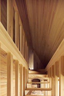 L'escalier ouvert se voit ici en face, mettant en vedette les lignes dynamiques qui convergent au sommet de l'escalier menant à l'espace chambre.