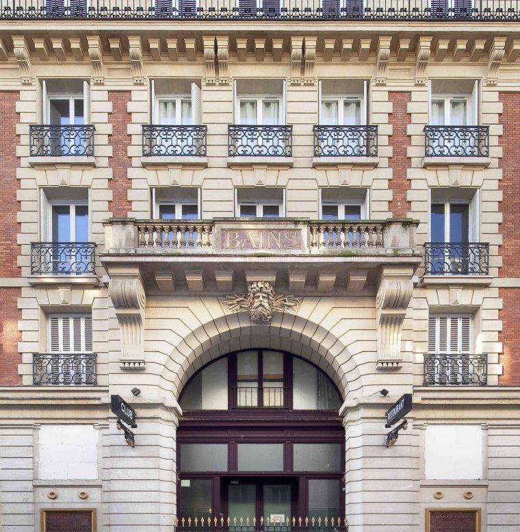 12 hôtels modernes dans les bâtiments historiques du monde entier - Photo 7 de 24 - Les Bains dans le quartier Le Marais de Paris a une histoire culturelle épique - pour dire le moins.  En 1885, Les Bains Douches est devenu le premier et le plus célèbre bain de paris et était connu pour accueillir régulièrement Marcel Proust.  En 1978, il a été transformé en une boîte de nuit qui est devenue la scène ultime où chaque étoile influente a fait des apparences - de Prince et Mick Jagger à David Bowie, Karl Lagerfeld et Andy Warhol.  Après avoir fermé ses portes pendant cinq ans, il a été réincarné en 2015 en tant qu'hôtel de 39 chambres qui accueille un programme de résidence d'artistes organisé par Magda Danysz.