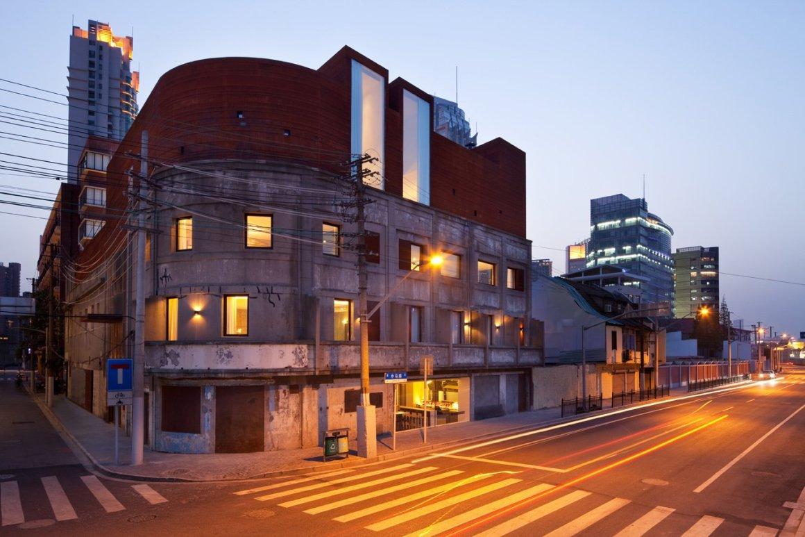 12 hôtels modernes dans les bâtiments historiques du monde entier - Photo 11 sur 24 - Situé dans un ancien entrepôt qui a été utilisé pendant l'occupation japonaise de la Chine, cet hôtel de caractère minimaliste et riverain a des murs en bois blanc et blond et des meubles propres Donner aux chambres un style scandinave, comme un loft.  & Nbsp;