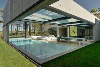 Une piscine avec un fond en verre surplombe l'autre dans une maison de la Riviera portugaise - Photo 2 de 12 -