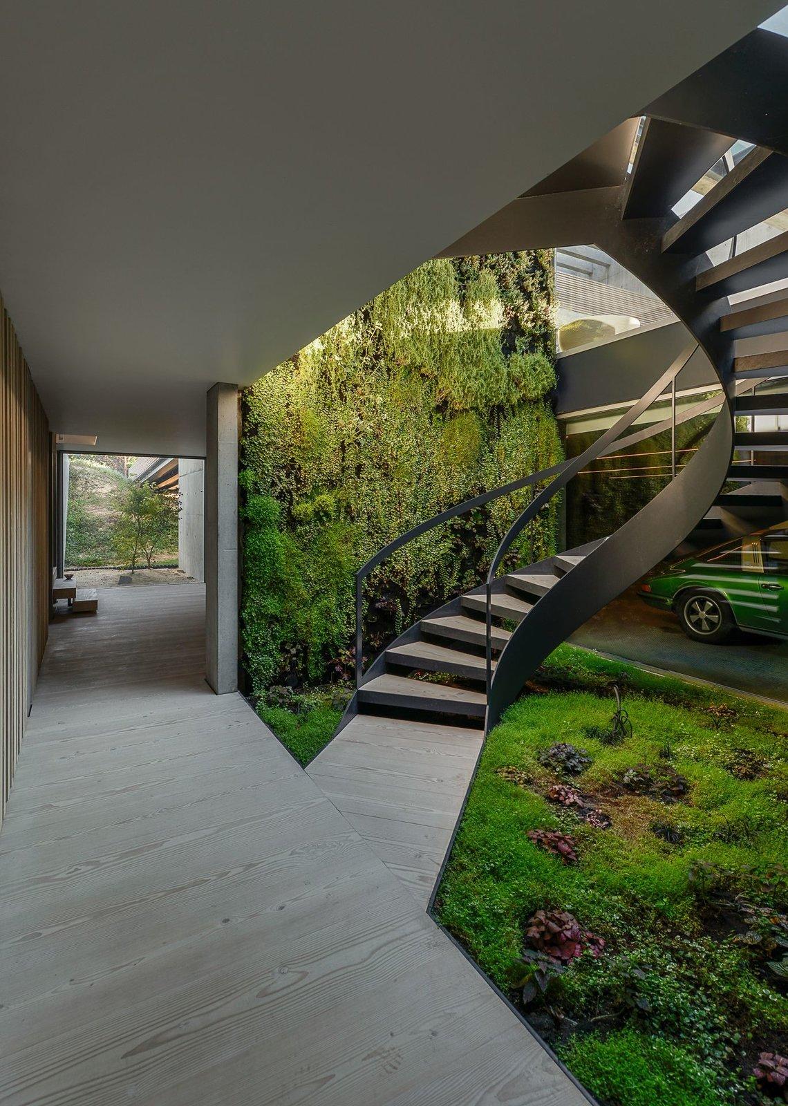 Une piscine avec un fond en verre surplombe l'autre dans une maison de la Riviera portugaise - Photo 11 sur 12 -
