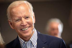 Joe Biden mange et boit sa propre mort spirituelle