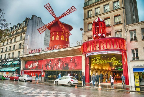 Paris Night Tour + Moulin Rouge Show w/ Half Bottle of Champagne
