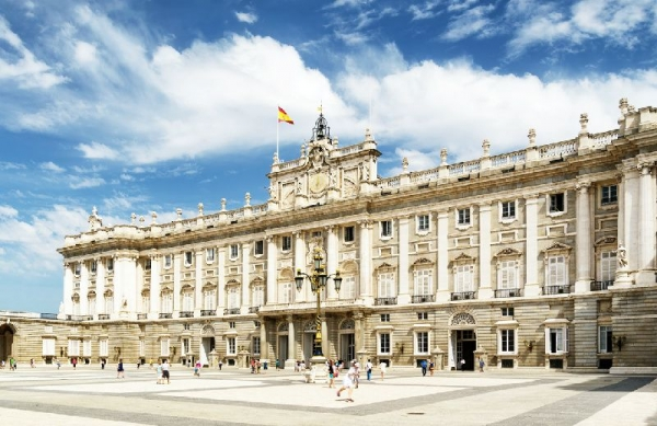 Royal Palace of Madrid Guided Tour with Tapas Bus
