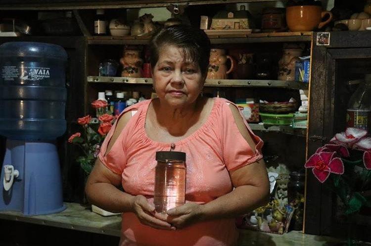 Julia Dora Maldonado afirma haber recibido un milagro de la Virgen María. (Foto Prensa Libre: Cristian Icó)