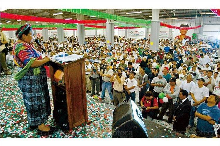 Rigoberta Menchú se dirige a los afiliados de Encuentro por Guatemala (EG), después de haber sido proclamada candidata presidencial de ese partido, durante la asamblea nacional 27/05/2007. (Foto Hemeroteca PL)