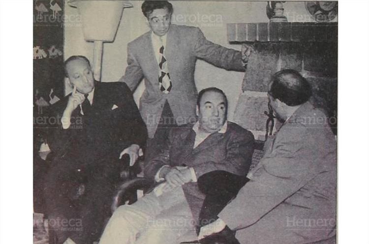Asturias fue amigo de Pablo Neruda, sentado al  centro, también Premio Nobel, con quien compartió viajes y una amistad entrañable. (Foto: Hemeroteca PL)