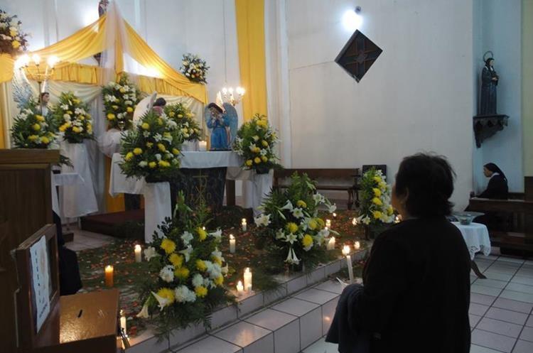 Los peregrinos acostumbran dejar una vela en cada visita a las iglesias el Jueves Santo. (Foto: Néstor Galicia)