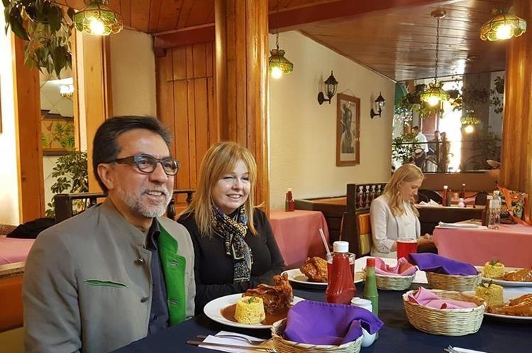 Luis Arreaga degusta comida típica en una visita a Xela el año pasado. (Foto: Cortesía)