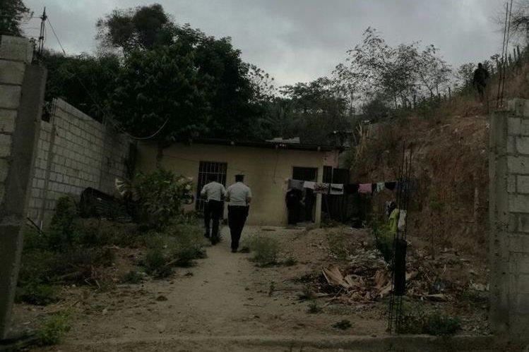 Agentes de la PNC rodean viviendas en Sanarate, El Progreso, en busca de presuntos integrantes de una banda delincuencial. (Foto Prensa Libre: Hugo Oliva)