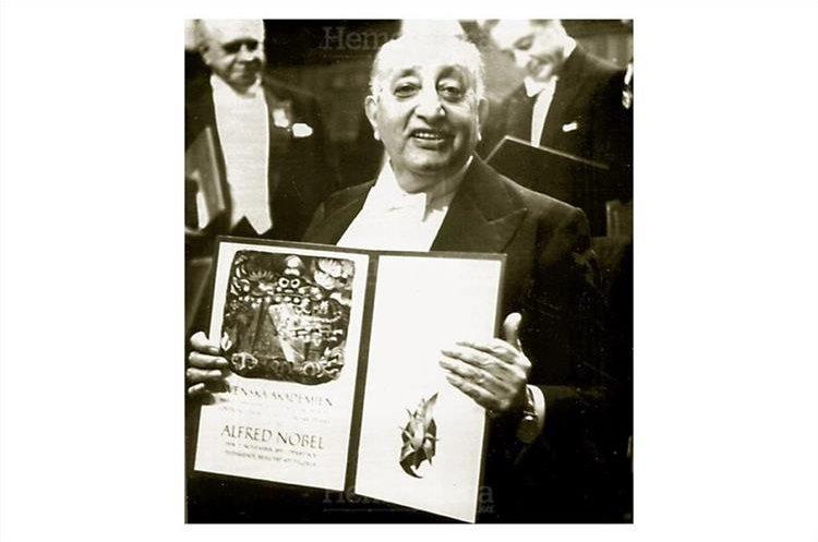 Miguel Angel Asturias,  escritor de poesía y novelas, muestra el  Premio Nobel de Literatura  el cual le fue otorgado en Estocolmo Suecia 10/12/1967. (Foto: Hemeroteca PL)
