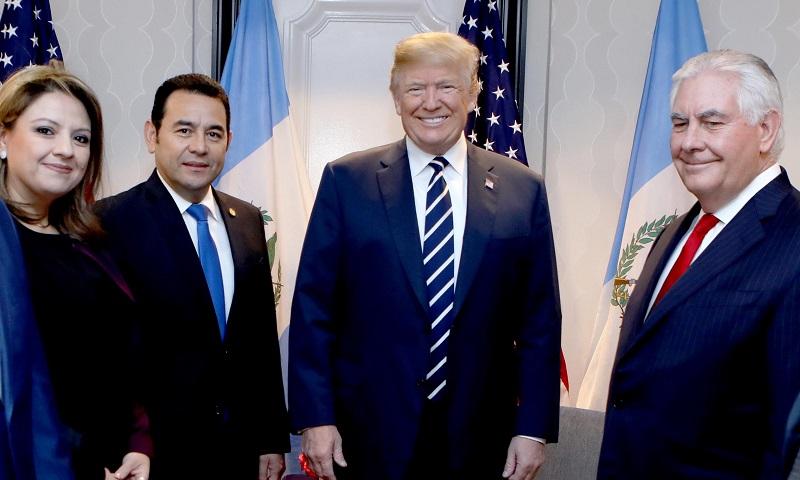 Sandra Jovel, canciller de Guatemala; Jimmy Morales, presidente de Guatemala; Donald Trump, presidente de los EE. UU. y Rex Tillerson, secretario de Estado, luego de la reunión en Washington con motivo del Desayuno Nacional de la Oración. (Foto Prensa Libre: Gobierno de Guatemala)