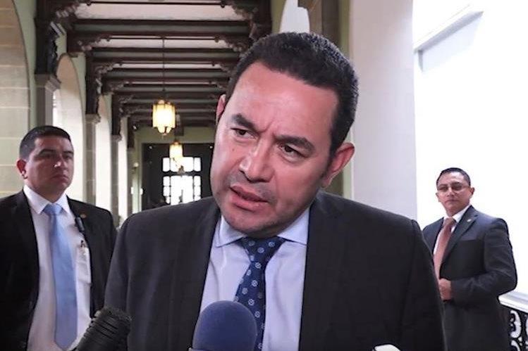 El presidente Jimmy Morales durante sus declaraciones a la prensa este miércoles. (Foto Prensa Libre: Guatevisión).