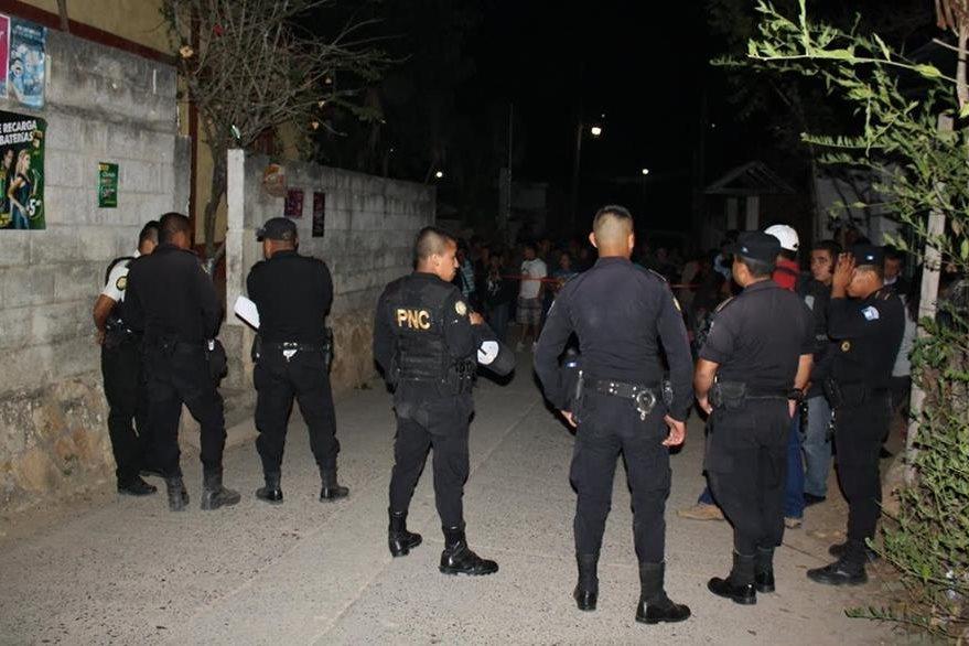 Vecinos de San Antonio La Paz observan labor de autoridades en la casa de una fémina hallada muerta. (Foto Prensa Libre: Héctor Contreras)