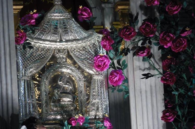 Relicarios de plata labrada son exhibidos en elaborados altares el Jueves Santo.  (Foto: Néstor Galicia)