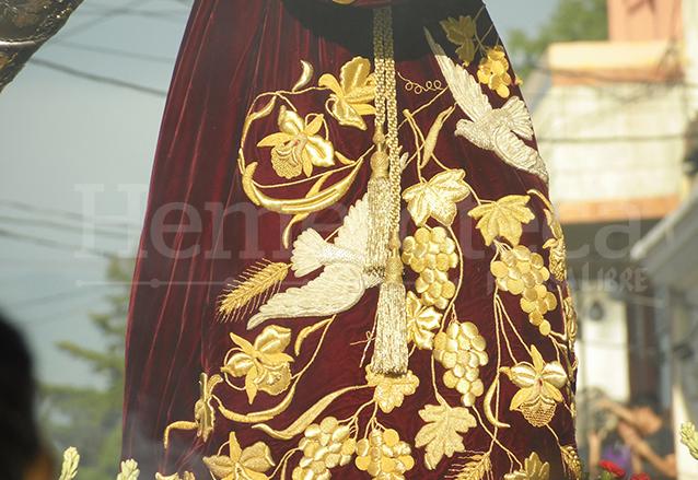"""Detalle del bordado de la túnica llamada """"de las palomas"""" realizada en 1956 en los talleres de la Casa Central. (Foto: Néstor Galicia)"""
