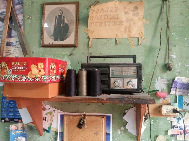 La radio y la visita de vendedores ambulantes son su compañía regular. (Foto Prensa Libre: José Luis Escobar).