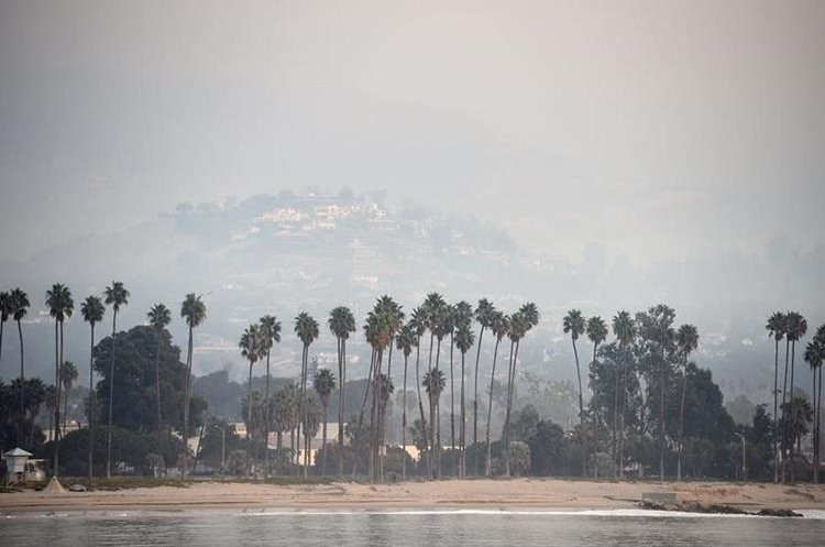 Vista de una área de lujo en Santa Bárbara, California, acechada por el humo y las cenizas. (Foto Prensa Libre: AFP)