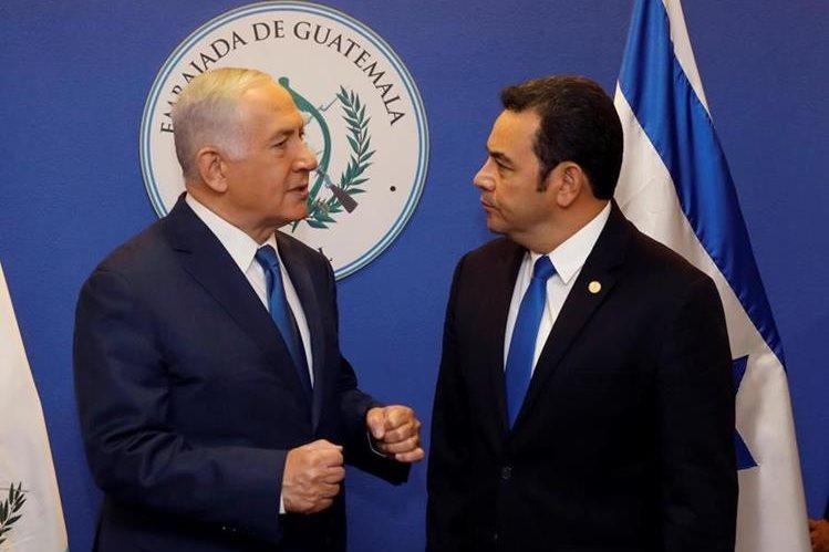 El primer ministro israelí, Benjamin Netanyahu conversa con el presidente de Guatemala, Jimmy Morales, antes de la ceremonia de inauguración de la embajada. (Foto Prensa Libre: EFE)