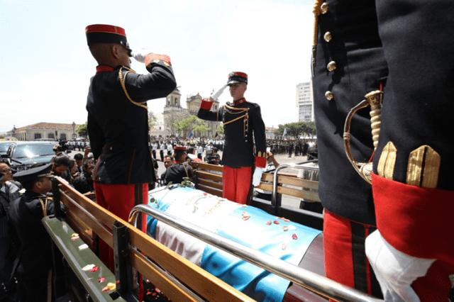 Cadetes recibieron la caravana con el cuerpo del alcalde capitalino. (Foto Prensa Libre: Paulo Raquec)
