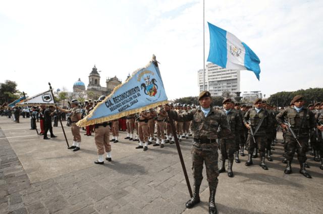 La bandera en el centro de la Plaza de la Constitución está a media asta. (Foto Prensa Libre: Paulo Raquec)