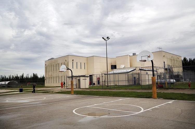 Área de recreación del Centro de Detención Krome, en Miami. (Foto Prensa Libre: José A. Iglesias/El Nuevo Herald).