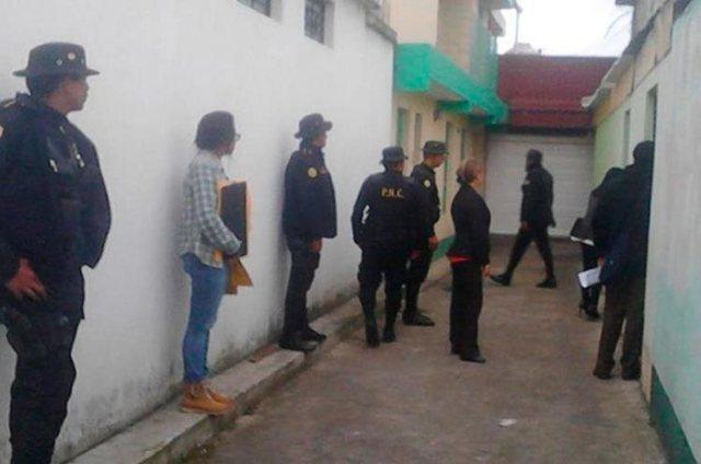 Personal del Ministerio Público y agentes de la Policía Nacional Civil, durante un allanamiento para localizar evidencias. (Foto Prensa Libre: Whitmer Barrera)