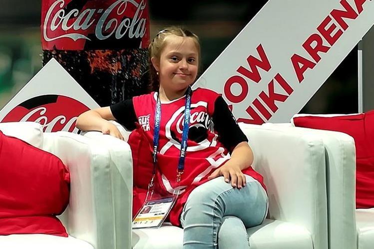 Una joven deportista rusa con síndrome de Down, Angelina Makárova, de 12 años, ayudará mañana al arbitro a lanzar la moneda en el partido inaugural del Mundial entre Rusia y Arabia Saudita. (Foto Prensa Libre: EFE)
