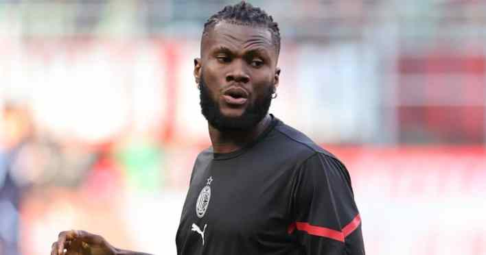 Franck Kessie of AC Milan warms up during the Serie A 2021/22 football match between AC Milan and SS Lazio at Giuseppe Meazza Stadium