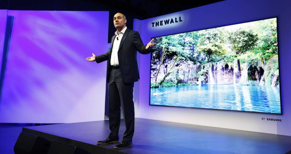 Un directivo de Samsung presenta la tele modular de 146 pulgadas de la compañía.