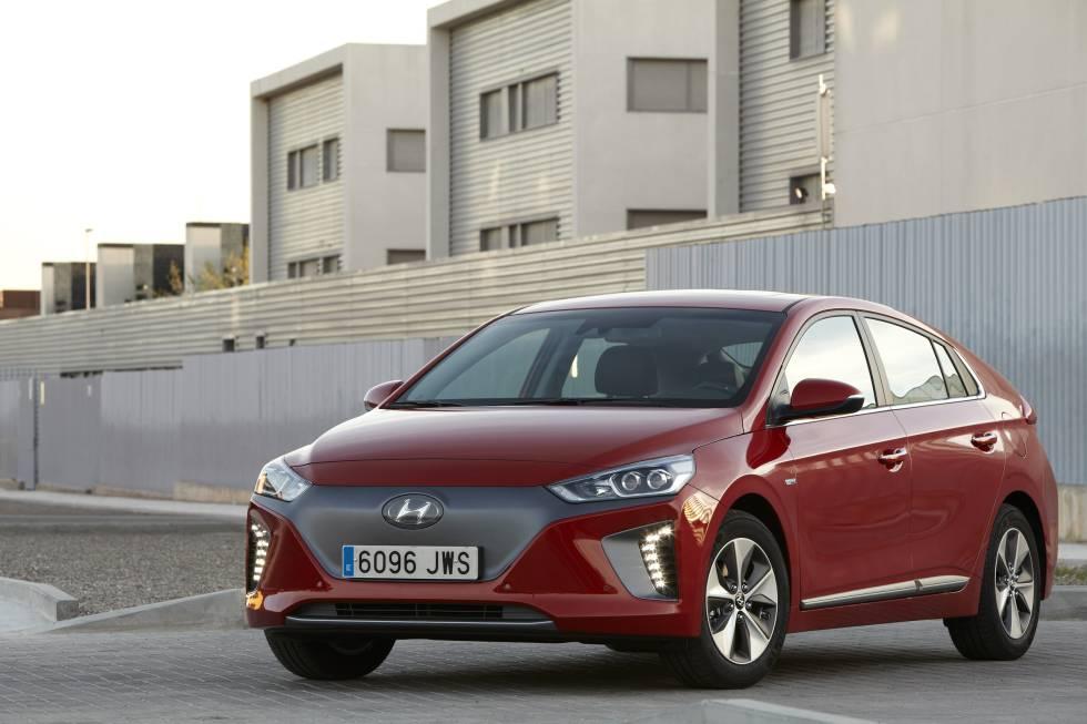 Hyundai Ioniq. Su batería de litio le proporciona una autonomía de 280 km. Su potencia es de 120 caballos.