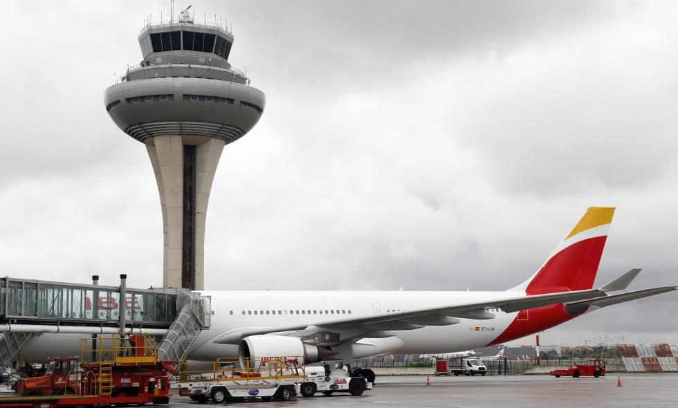 Un avión de Iberia en el aeropuerto madrileño de Barajas.