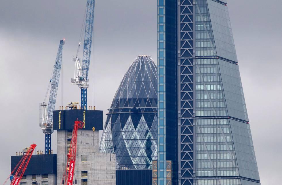 A la derecha, en primer término, Leadenhall Building, en Londres, vendido por 1.300 millones.