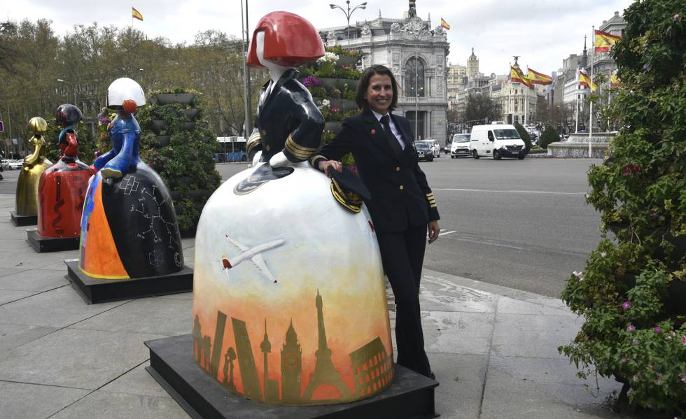 Una comandante de Iberia junto a la menina.