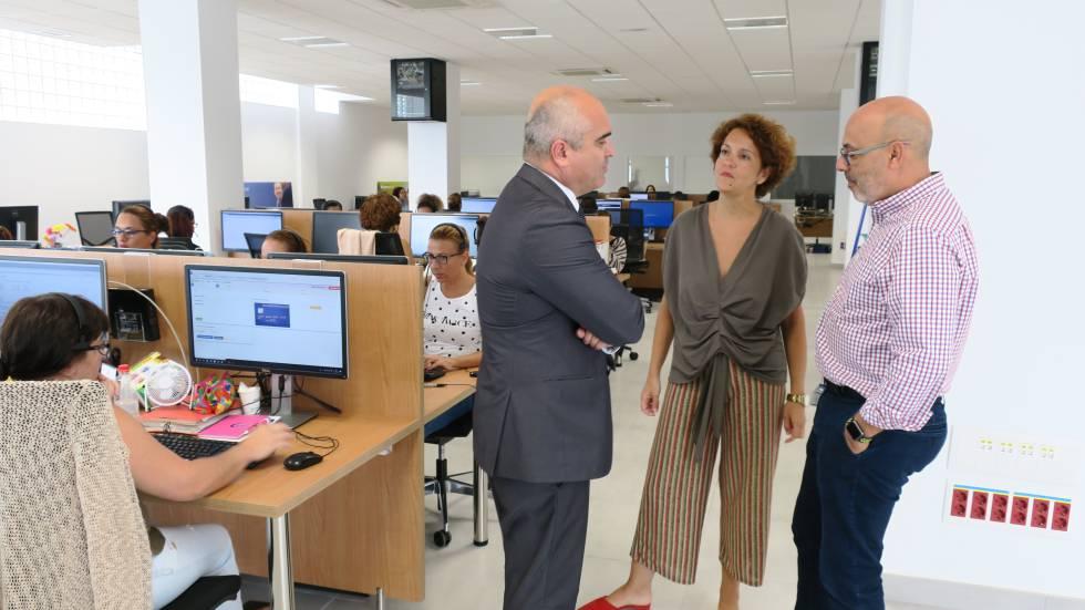 Juan Ramírez Said junto a Guillermo Cedrés, director de RRHH, y Cristina García, responsable de Operaciones de Gran Canaria, en las instalaciones de Contactel en Telde