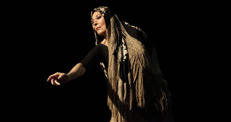 Blanca del Rey, directora artística del salón, interpreta la soleá del mantón.