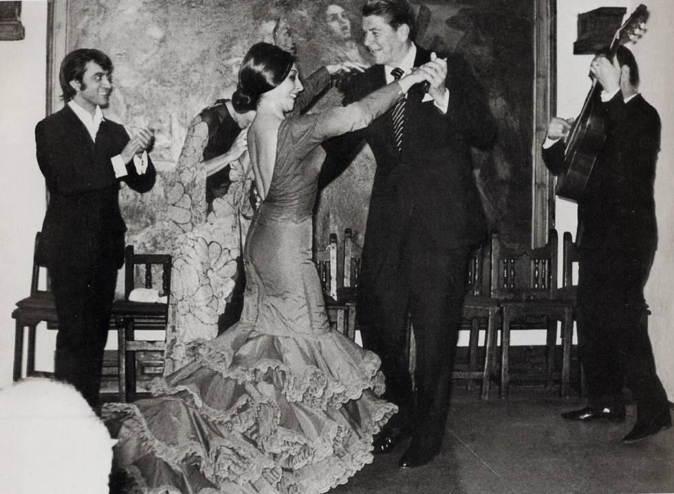 Ronald Reagan, entonces gobernador de California, baila con Lucero Tena en esta foto de 1972.