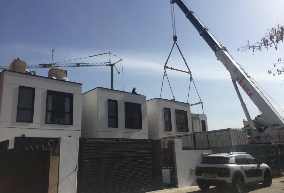 Obra de instalación de los módulos de la promoción de viviendas unifamiliaries Merian, de Aedas Homes, en Torrejón de Ardoz (Madrid).