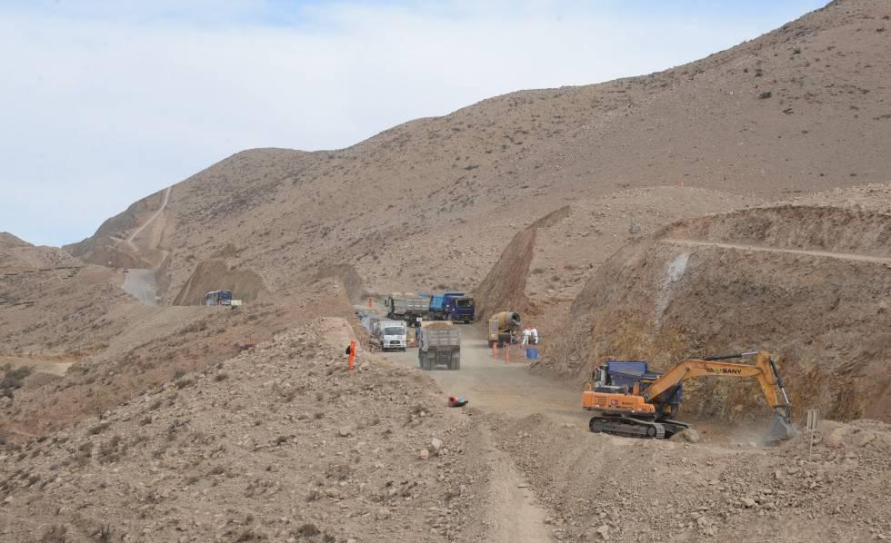 Construcción de los caminos de acceso a la mina.