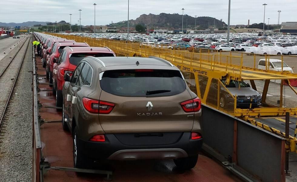Decenas de vehículos Renault sobre un tren de mercancías.