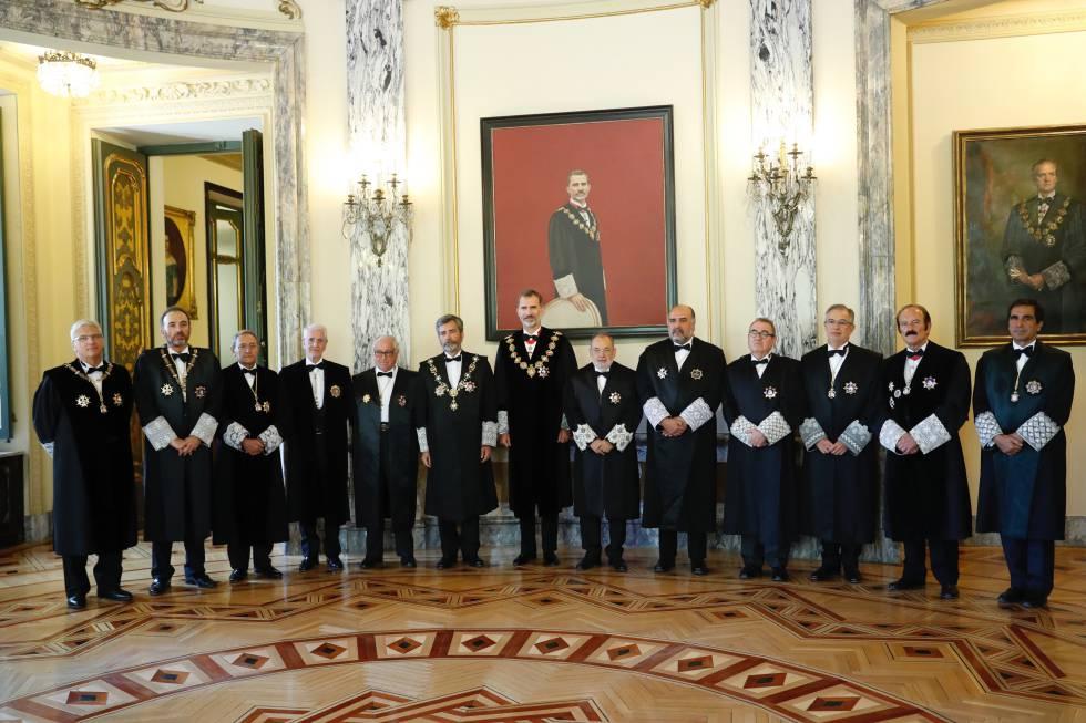 El rey Felipe VI, presidiendo el pasado año el acto solemne de apertura del Año Judicial en la sede del Tribunal Supremo, junto con los doce miembros de la junta de Gobierno: presidentes de salas, presidente y vicepresidente del CGPJ y cinco magistrados elegidos entre todos los jueces del tribunal.