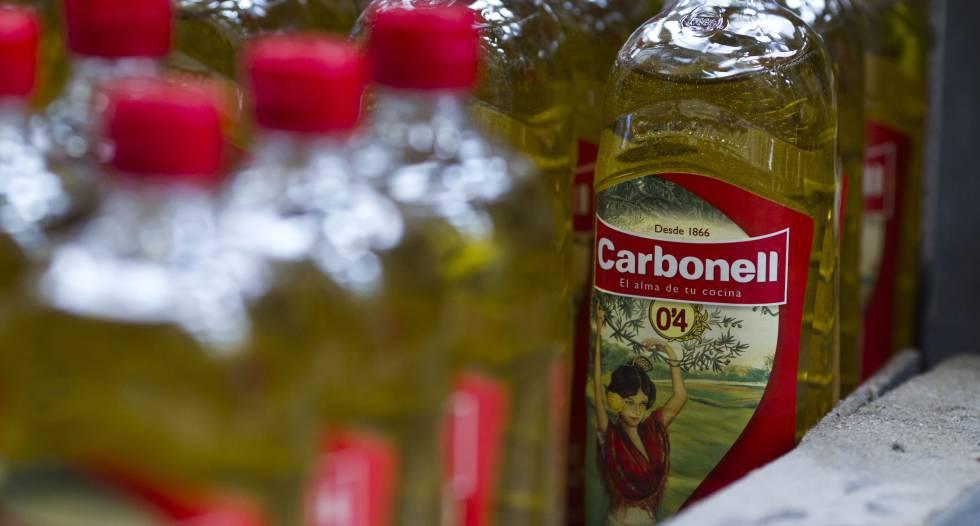 Línea de embotellado de los aceites Carbonell, uno de las marcas de referencia de Deoleo.