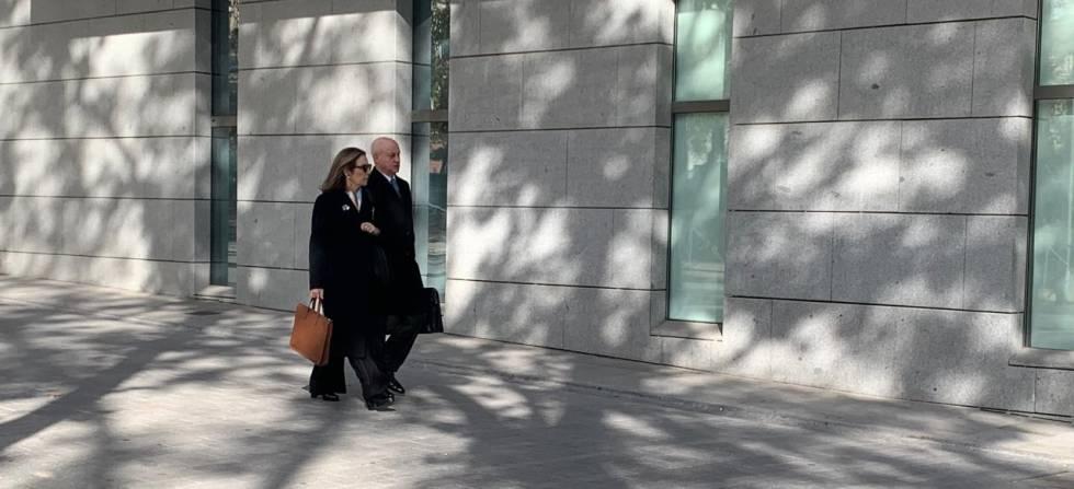 Reyes Calderón entrando en la Audiencia Nacional junto a su abogado