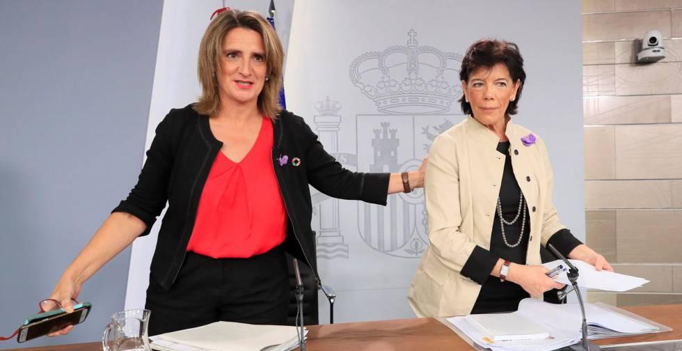 La ministra española en funciones para la Transición Ecológica, Teresa Ribera, y la portavoz del gobierno en funciones, Isabel Celaá durante la rueda de prensa tras el Consejo de Ministros.