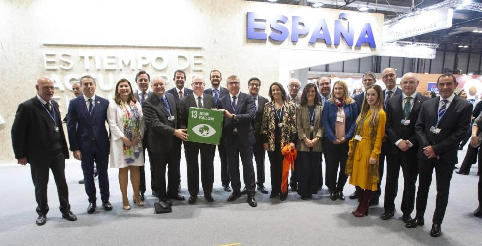 Firma del compromiso de la banca para cumplir los Acuerdos de París. En la foto, representantes de los bancos firmantes, la AEB, la CECA y el ICO.rn
