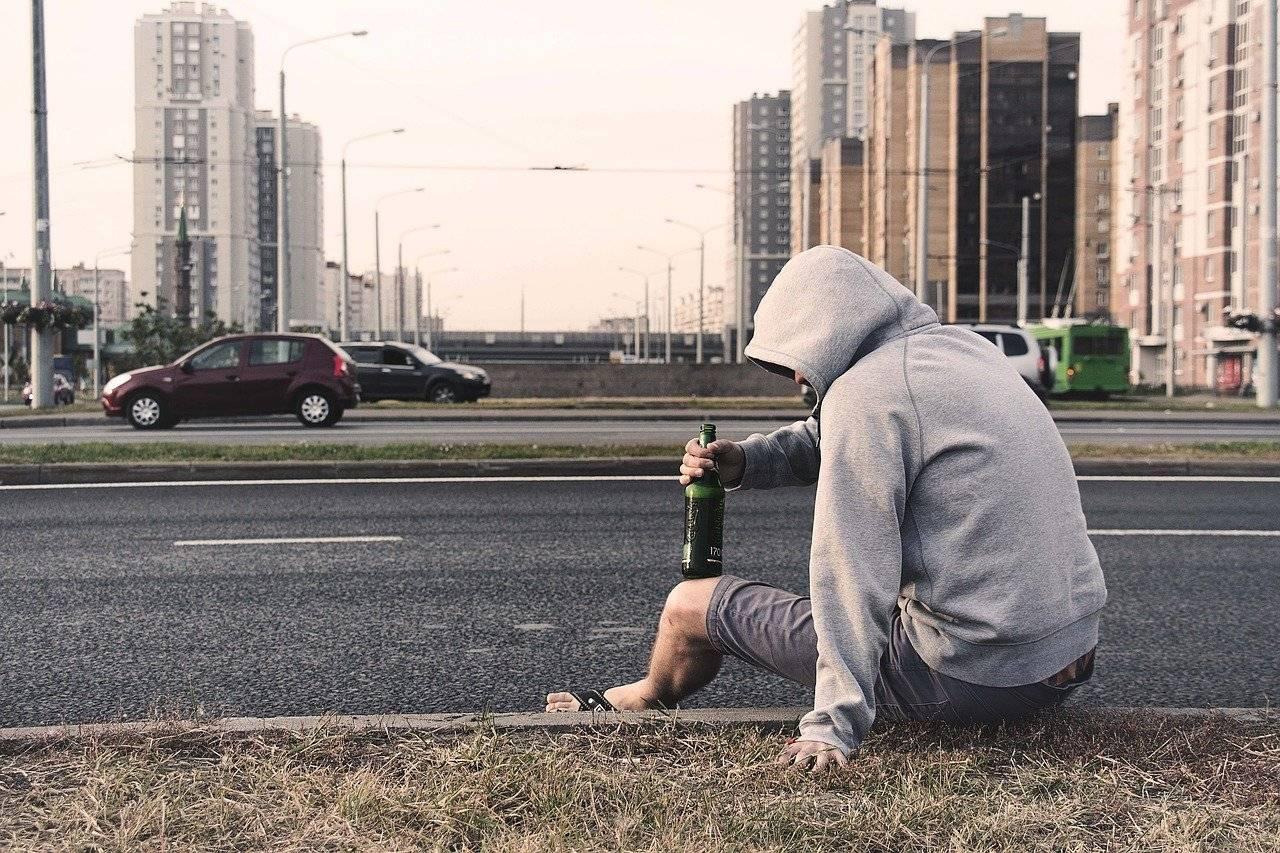 hombre bebiendo calle