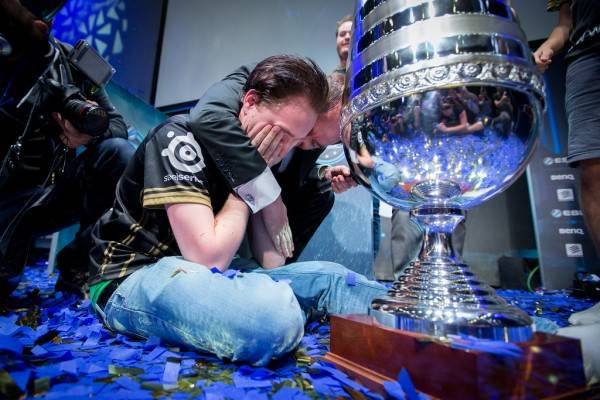 gamescom-2014-esl-one-cologne-2014-bua-tiec-cua-counter-strike-global-offensive-9